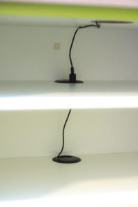 Kabel zum laden verläuft im Schrank